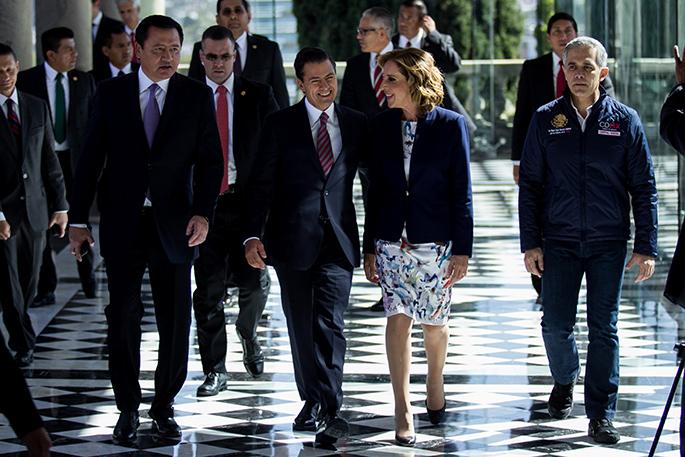 Miguel Ángel Osorio Chong, secretario de Gobernación; Enrique Peña Nieto, Presidente de México; María Elena Morera, presidenta de Causa en Común, y Miguel Ángel Mancera, Jefe de Gobierno