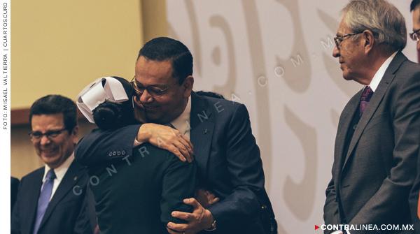 Germán Martínez abrazando a una enfermera