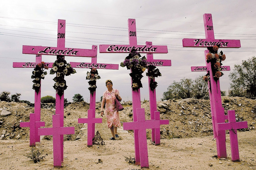 Cruces rosas en memoria de mujeres victimas de feminicidios