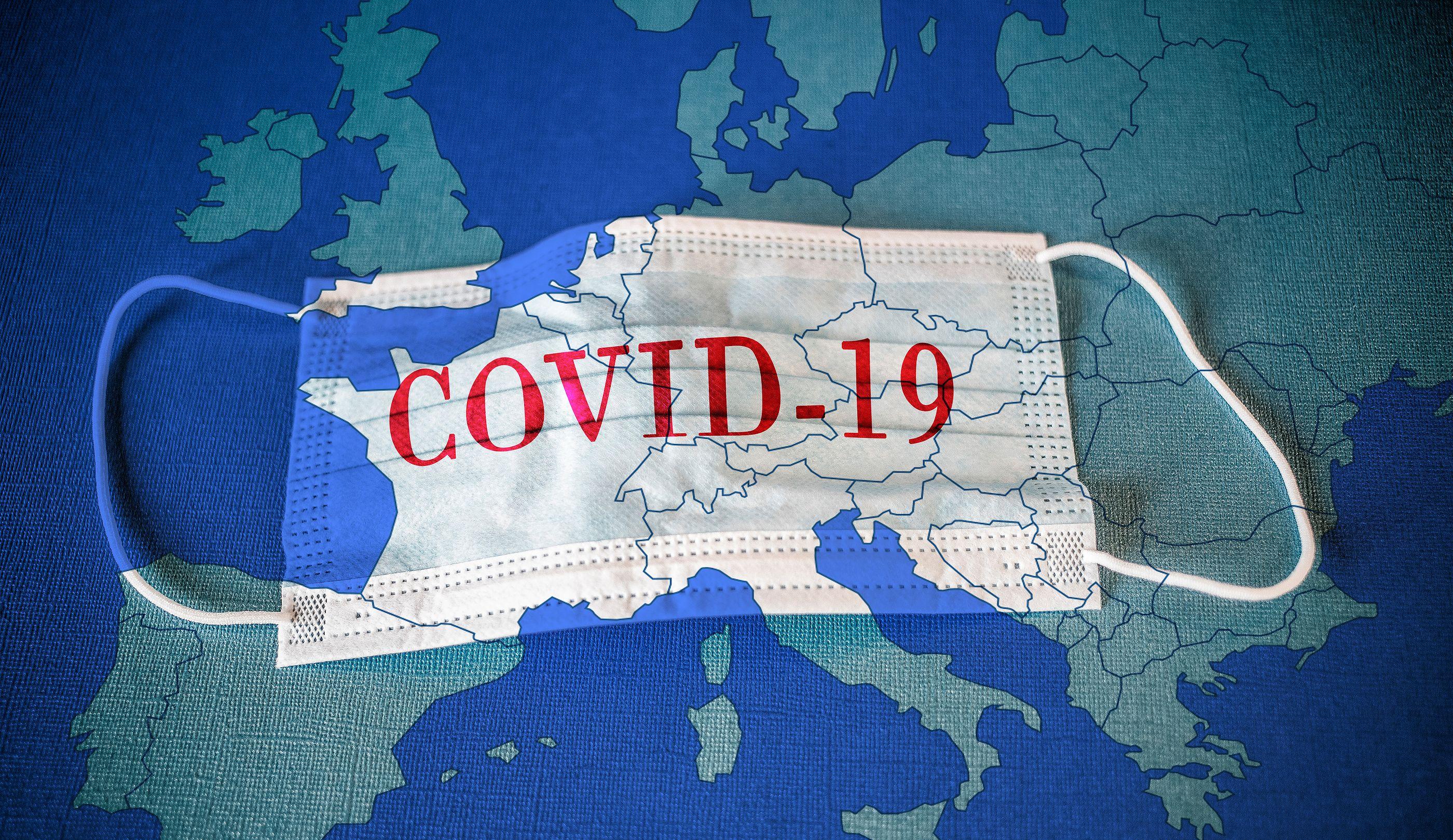 Cubrebocas con la palabra Covid-19 escrita