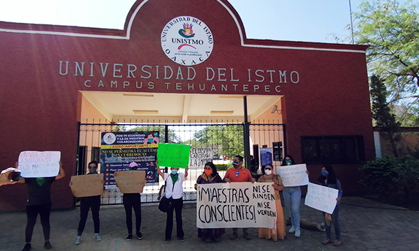 Manifestantes fuera de la Unistmo