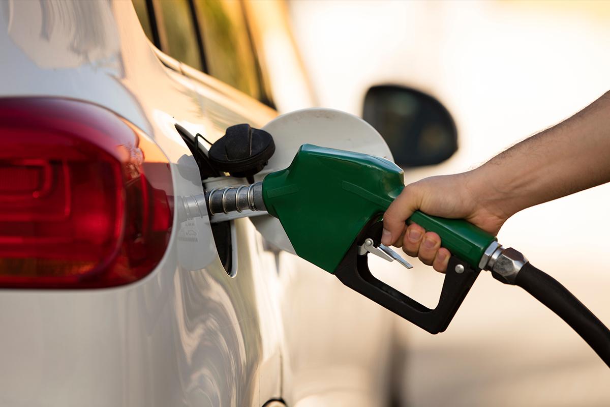 Persona llenando el tanque de un carro con gasolina