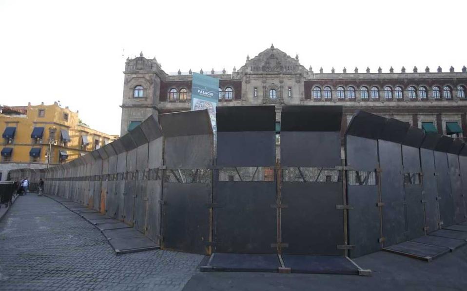 Valla fuera de Palacio Nacional