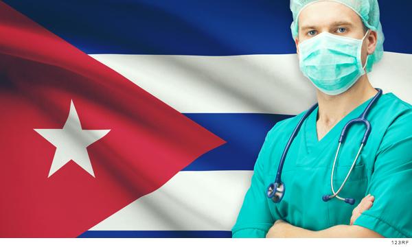 Médico frente a la bandera de Cuba