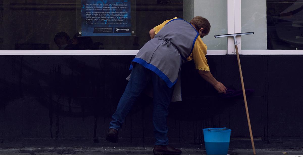Mujer haciendo trabajo de limpieza