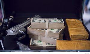 Arma, dinero y drogas en un maletín