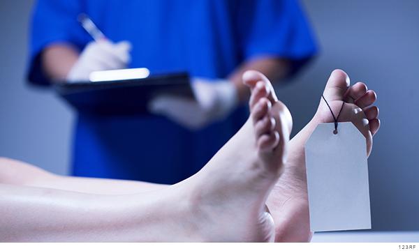 médico forense analizando un cuerpo