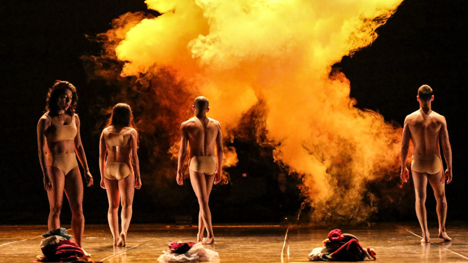 Bailarines y bailarinas en escena