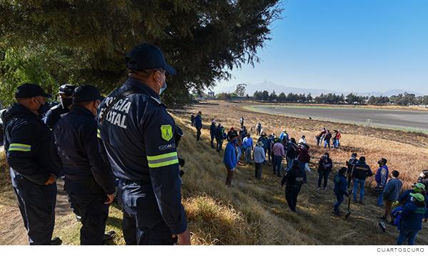 mandos policiacos observando a una caravana