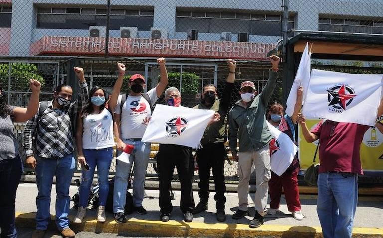 Personas en huelgalevantan en puño en una protesta