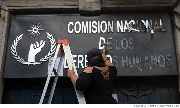 Manifestante vandaliza fachada de la CNDH