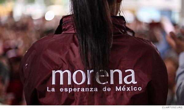 Mujer militante del partido Morena