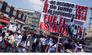 Manifestante con cartel con las represiones del 2 de octubre, el Halconazo y el 26 de septiembre de 2014
