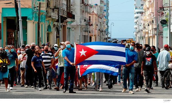 Manifestantes sosteniendo banderas de Cuba