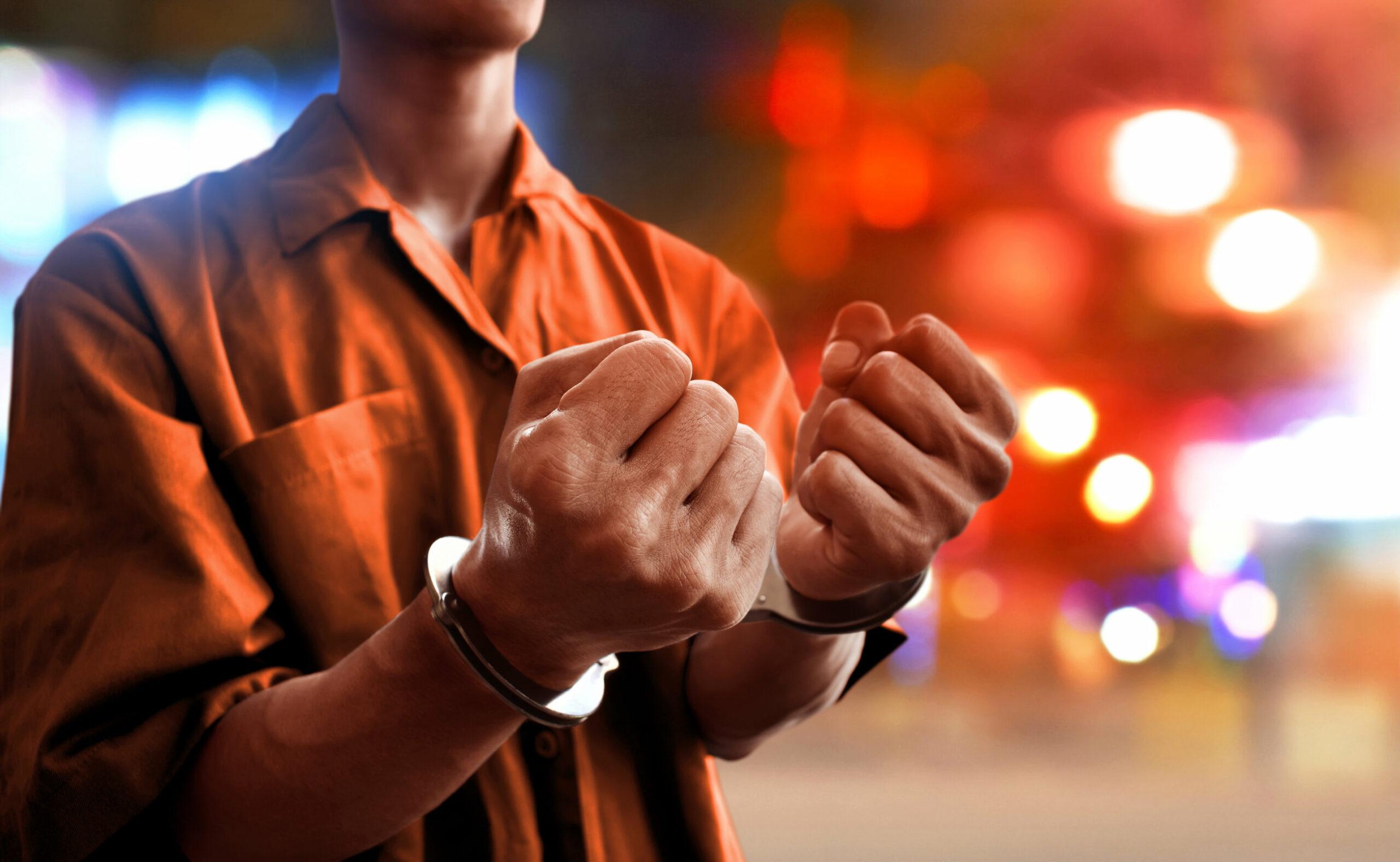 imagen de una persona esposada en la calle