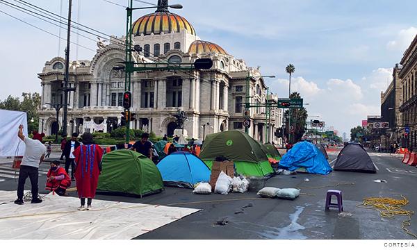 Indígenas triquis desplazados en Bellas Artes