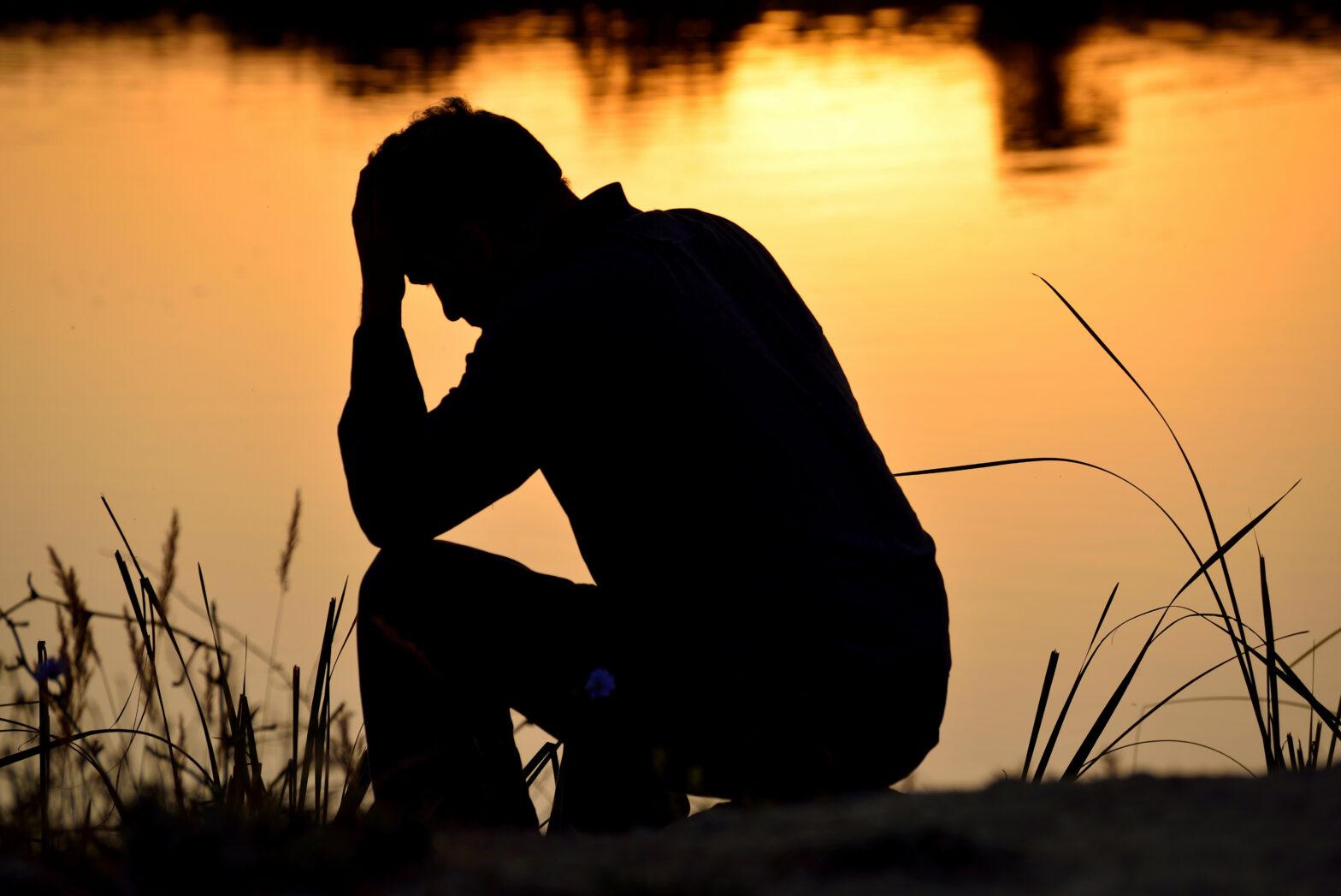 Imagen de un hombre deprimido pensnaod en el suicidio en México