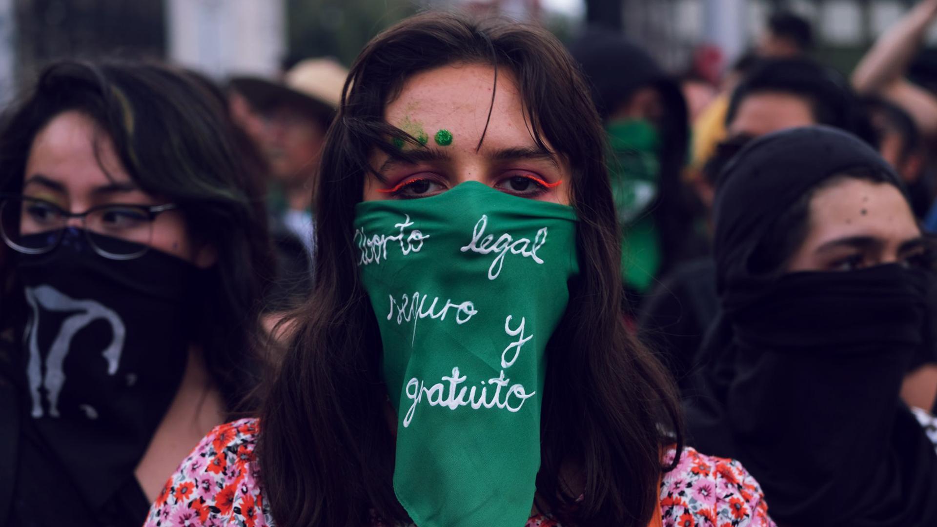 Mujer con tapabocas verde se manifiesta en pro del aborto